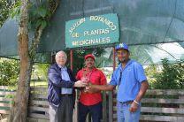 El Vicerrector Administrativo visitó el Jardín de Plantas Medicinales.