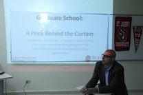 Visitante expone los planes de postgrados a los asistentes