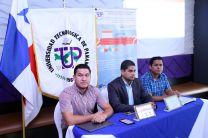 Tres expositores explican la plataforma frente al estandarte de la UTP.