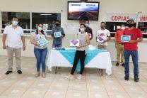Primer grupo de estudiantes que recibieron sus tablets y los artículos de seguridad contra el COVID-19.