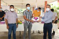 El Director del Centro, Licdo. Abdiel Saavedra, entrega tablet a estudiante beneficiado.
