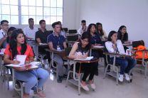 Estudiantes atentos a el expositor.