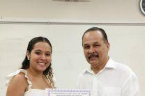El Director del Centro Regional entregando un certificado.
