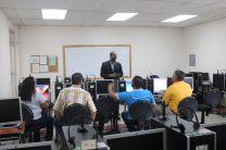 Facilitador frente a los estudiantes en un salón de clases