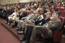 El auditorio observa con atención la presentación del panel.