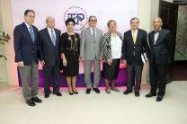 Los participantes del panel con autoridades universitarias tras el panel.