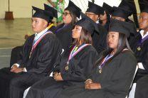 Los estudiantes graduandos con puestos distinguidos recibieron obsequio del Rector.