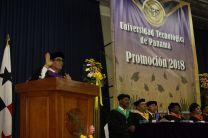 Los nuevos profesionales graduados en la UTP de Colón son juramentados por el Rector.