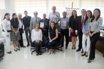 Los homenajeados del aniversario de la FIM y familiares posan con el Rector Montemayor Ábrego.