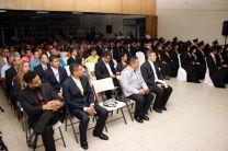 Docentes e invitados especiales participan de la ceremonia de graduación