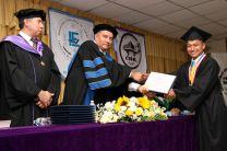 Rector de la UTP, Dr. Oscar Ramírez, entrega diploma al estudiante de Primer Puesto de Honor, Yoset Morales.