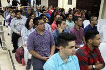 Estudiantes, autoridades, profesores y administrativos en lanzamiento de Revista.
