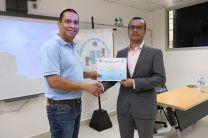 El Coordinador de la Facultad, Ing. Edwin Aparicio, entregando un certificado al expositor