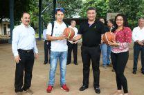 El Rector de la UTP, Dr. Oscar Ramírez con estudiantes que practican deportes.