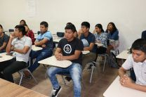 Autoridades de la UTP, entregan equipos a estudiantes del Programa Hacia la U