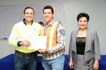 El Director Regional de Recursos Humanos de CEMEX, entrega certificado a participante.