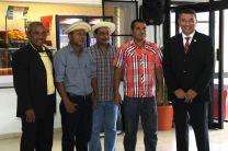 Al Rector le dedicaron una Décima, a cargo del Prof. Zacarías Marín y el estudiante Irving García, acompañados, en la guitarra, por el Prof. Oderico Calderón.