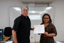 Ingeniero Donald Schellberg recibe certificado de parte de la Licda. Emily Ortiz, docente de la FISC-Cocle