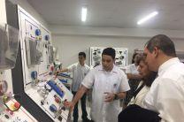 Estudiantes del ITDB explicando los nuevos bancos de laboratorio.
