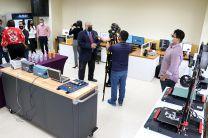 Recorrido de autoridades en la inauguración de Laboratorio
