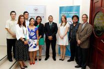Equipo que coordinó la creación de la página, acompañados del Embajador de El Sa
