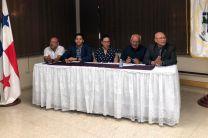 Autoridades del Centro, Directivos de la UTP, Directivos de Senacyt y expositor del proyecto.