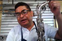 El Prof. Ricardo Delgado demuestra la limpieza de saxofón.