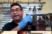 El Prof. Ricardo Delgado, demuestra la limpieza de trompeta.