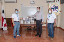 Dr. Ovidio Mendoza, Director del Minsa Veraguas, recibe la donación.