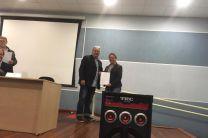 La Dra. Borrero, recibe certificado.