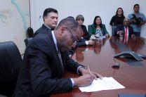 El Ing. Gabriel Flores, firma como Decano encargado.