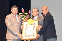 El Ing. Lara recibió el reconocimiento de manos del Decano de la FIC y el Coordinador de la Semana de Ingeniería Civil.