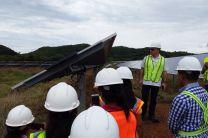 El Ing. Francisco Parra explica el sistema fotovoltaico con rastreador utilizado en la planta solar.