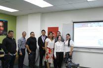 La estudiante junto a investigadores de CIDITIC.