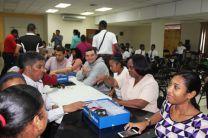 Profesores participando de talleres de robótica, impartido por especialistas.