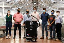 "Estudiantes e investigadores del Proyecto ""Flota de Robots Autónomos de Desinfección Remota""."
