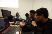 Estudiantes del Curso de Desarrollo de Software VII  frente a sus computadoras.