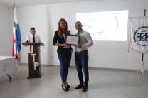 Licda. Raquel Guevara entrega de certificado a expositor invitado Ing. Iván Fernández