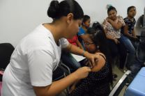 Personal del Centro de Salud, colocando Vacunas contra la Influenza.