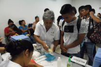 Personal del Centro de Salud orientando a los asistentes.