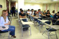 Estudiantes, autoridades y representantes de la empresa SONDA.