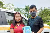 Funcionario del Centro Regional de la UTP, en Bocas del Toro, entrega una tablets a estudiante que no contaba con el equipo para conectarse a sus clases en línea.