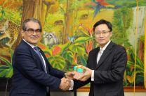 El Rector Montemayor Ábrego y el Viceministro de China, intercambian regalos.