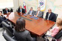Funcionarios de la UTP y de Aeronáutica Civil acompañan al Rector y al Director de Aeronáutica.
