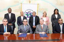 Participantes en el acto de la firma del Convenio.