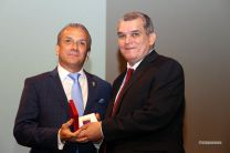 El Prof. Matías Prado, recibe placa de reconocimiento Dr. Víctor Levi Sasso.