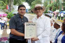 Las delegaciones participantes recibieron de manos del Rector, certificado de participación.