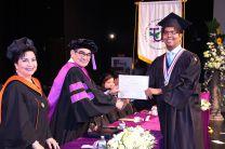 Jair Artgote Gerald; recibe de manos del Rector su Diploma de Graduación.