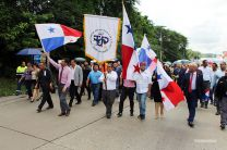 Participantes en la marcha recorren la Avenida Universidad Tecnológica de Panamá.