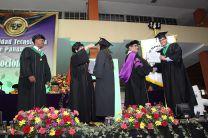 Nuevos profesionales reciben diplomas de terminación de carreras.